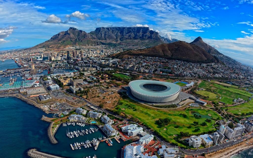 Кейпта́ун - город Южно-Африканской Республики. Расположен на побережье Атлантического океана, недалеко от Мыса Доброй Надежды.