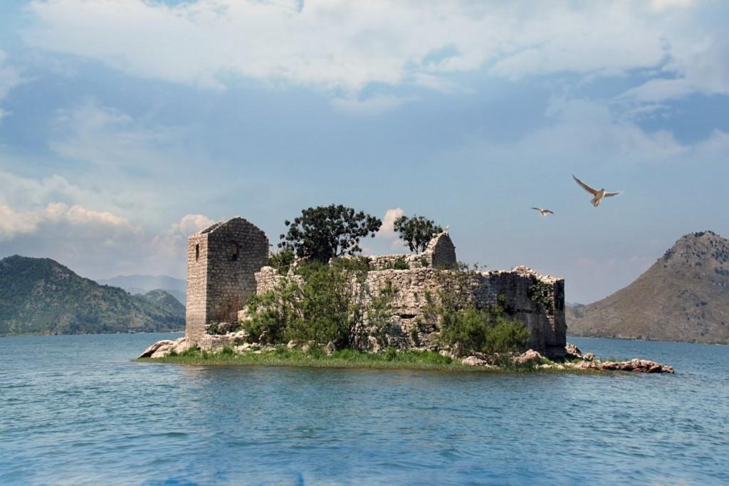 Скадарское озеро - крупнейшее озеро Балканского полуострова, располагается на территории Черногории и Албании