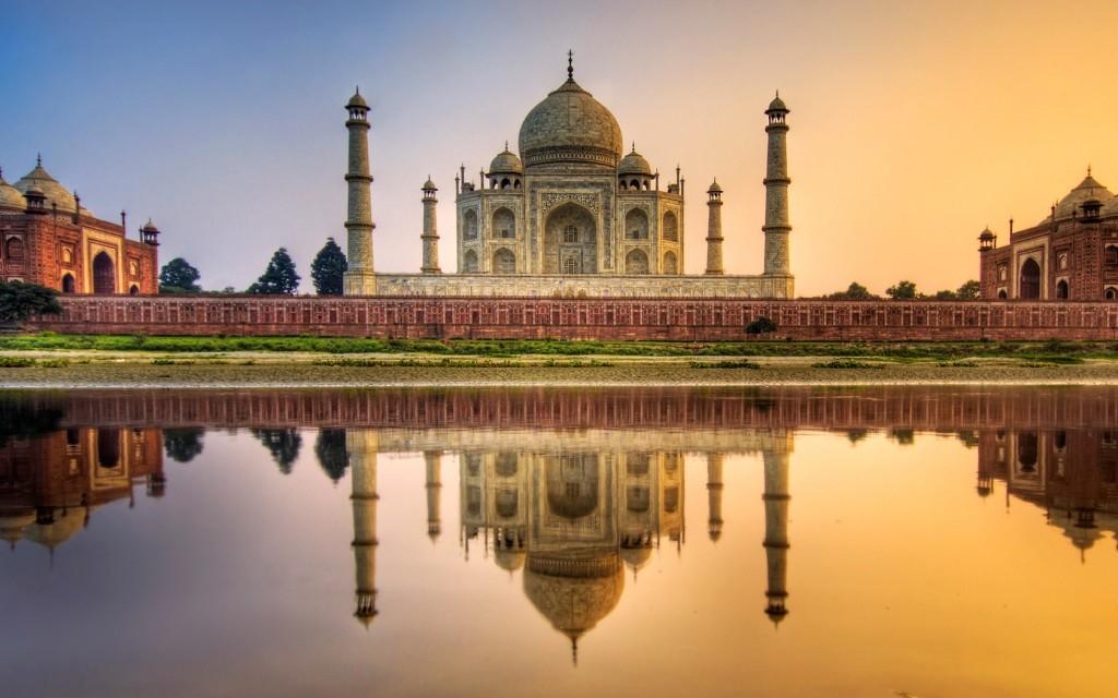Тадж-Маха́л — мавзолей-мечеть, находящийся в Агре, Индия, на берегу реки Джамна