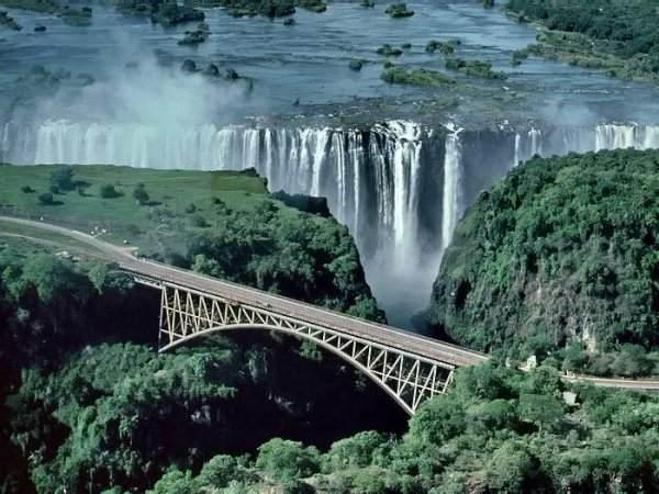 Виктóрия - водопад на реке Замбези в Южной Африке