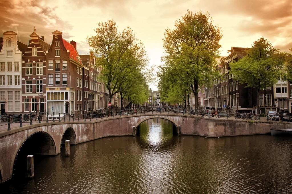 «Перекрёсток» двух каналов (Амстердам, Нидерланды)