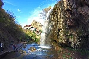 на медовые водопады часто возят на экскурсии туристов из Кисловодска и других городов региона Кавказских Минеральных Вод