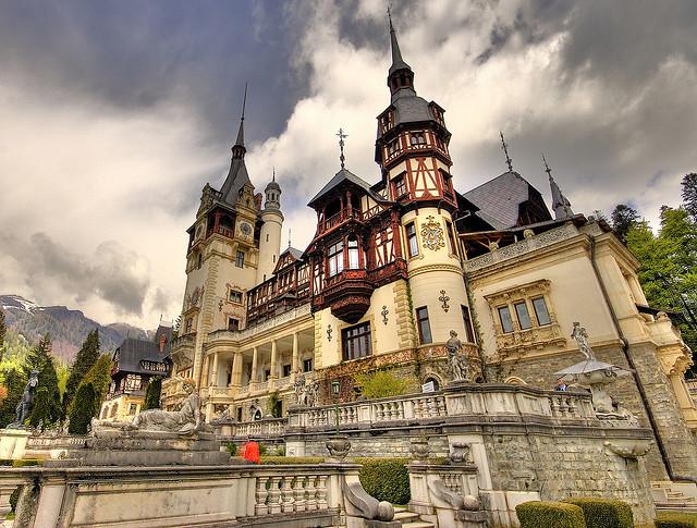 Замок Пелеш находится неподалеку от города Синая в Румынии