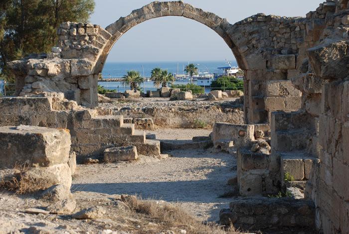 Замок Саранта Колонес - византийская крепость, основанная для защиты города и гавани Пафоса