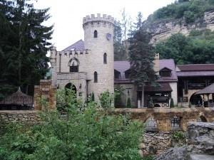 причудливые скалы, напоминающие древний замок с зубчатыми стенами и башнями