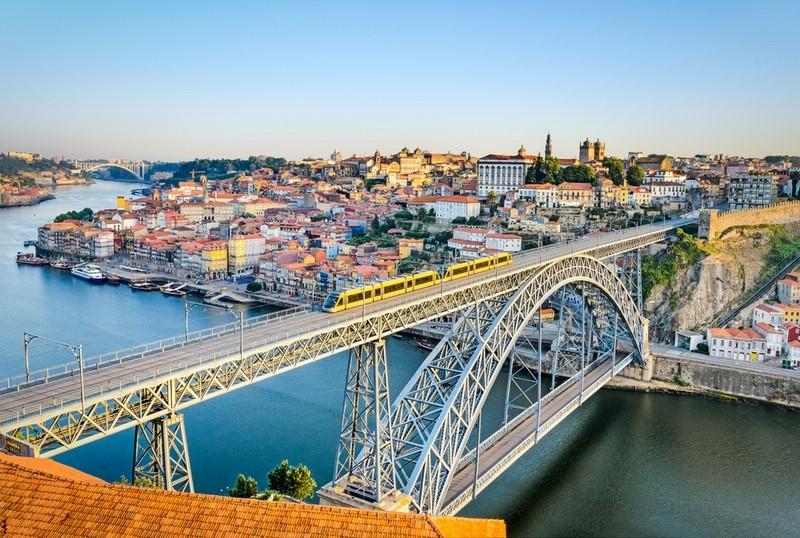 Мост Дона Луиша — железнодорожный, автомобильный и пешеходный мост через реку Дору в Португалии, соединяющий города Порту и Вила-Нова-ди-Гая.