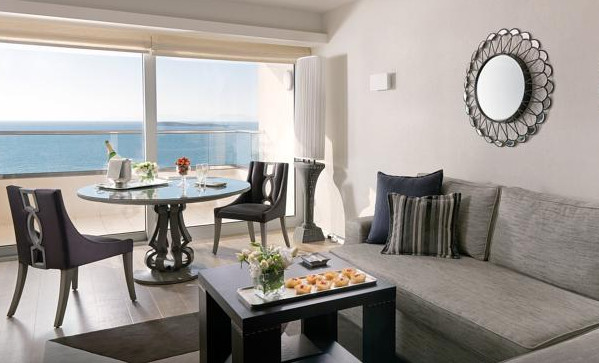 Отель Divani Apollon Palace & Thalasso расположен в 25 минутах езды к югу от центра Афин, в 7-этажном здании