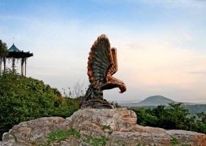 Скульптура «Орёл», изображающая орла в схватке со змеей — официальный символ Кавказских Минеральных Вод.
