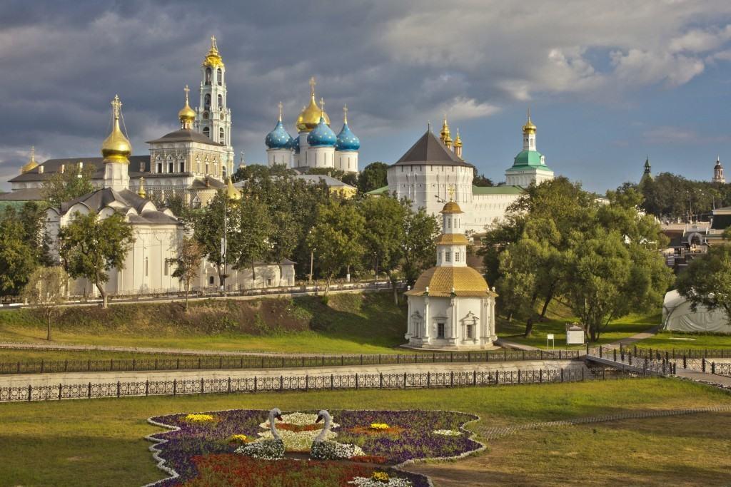 Свято-Тро́ицкая Се́ргиева Ла́вра — крупнейший православный мужской монастырь России, расположенный в центре города Сергиев Посад, на реке Кончуре́.