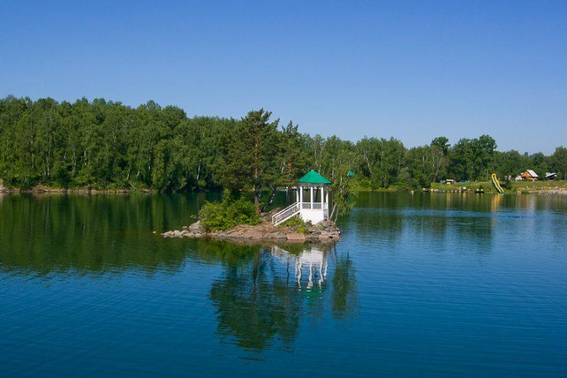 Озеро Ая является популярным местом отдыха. В центре озера находится небольшой остров с расположенной на нём беседкой.