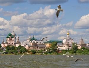 Росто́вский кре́мль (Митрополи́чий двор) — бывшая резиденция митрополита Ростовской епархии, расположенная в центре Ростова на берегу озера Неро.