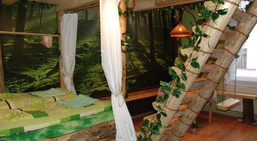 Номера гостевого дома и хостела Artharmony декорированы природными материалами, такими как дерево, бамбук и камень