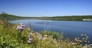Соленое озеро Тамбукан служит источником лечебной сульфидной иловой грязи, которая используется в санаториях Кавказских Минеральных Вод